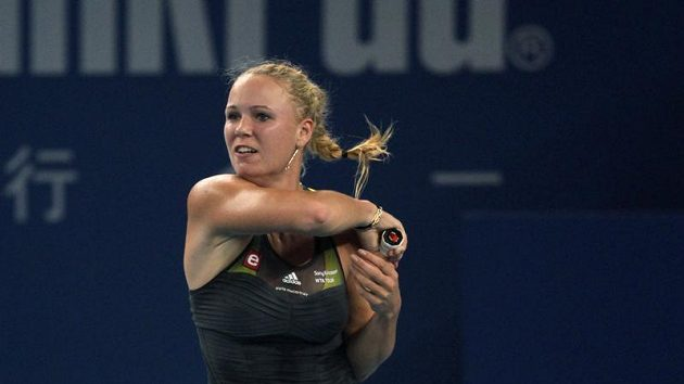 Dánka Caroline Wozniacká v utkání se Sarou Erraniovou v Pekingu. October 6, 2010. REUTERS/Petar Kujundzic (CHINA - Tags: SPORT TENNIS)