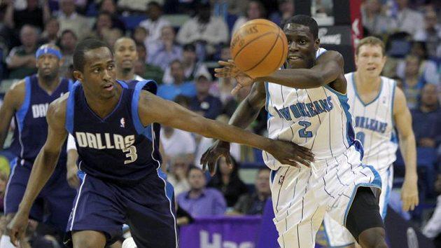 Basketbalista New Orleans Chris Paul (vlevo) uniká hráči Dallasu.