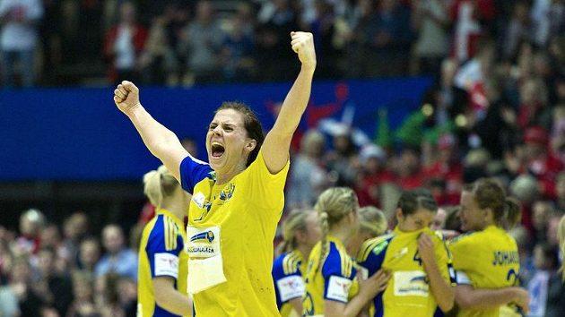 Švédská házenkářka Linnea Torstenssonová oslavuje se svými spoluhráčkami postup do finále ME.