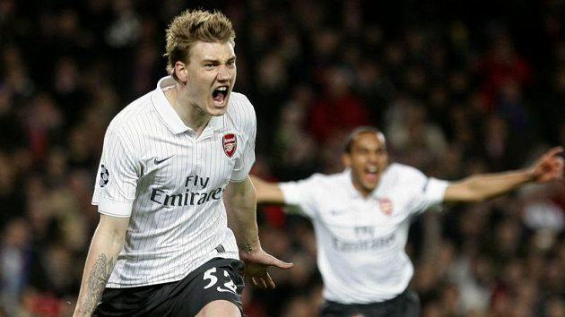 Dánský útočník ve službách Arsenalu Nicklas Bendtner (vlevo) se raduje z branky.