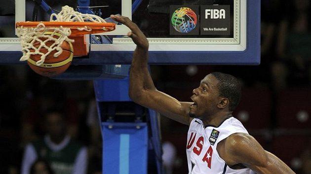 Americký basketbalista Kevin Durant smečuje v utkání s Brazílií.