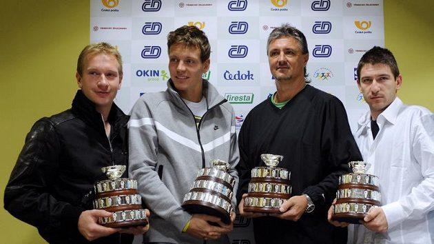 Zleva tenisté Lukáš Dlouhý, Tomáš Berdych, nehrající kapitán Jaroslav Navrátil a Jan Hájek s trofejemi pro poraženého finalistu Davis Cupu po návratu z Barcelony.