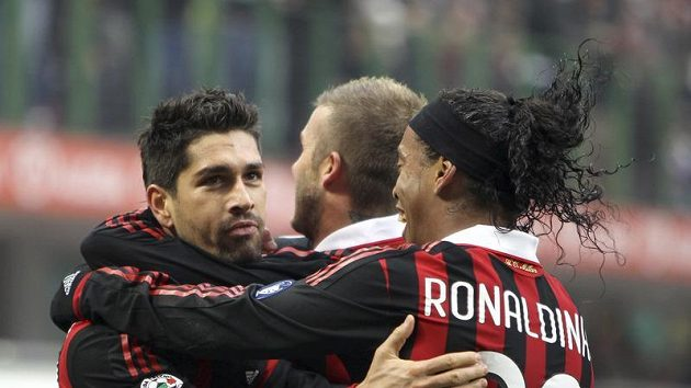 Fotbalisté AC Milán se radují z branky