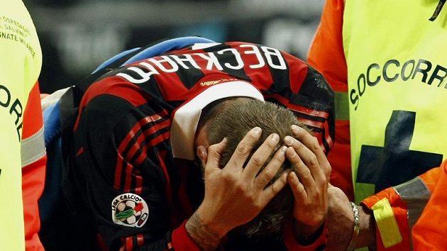 David Beckham mezi zdravotníky po zranění v italské lize