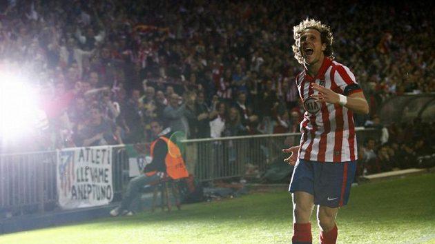 Útočník Atlétika Diego Forlán se raduje z branky.