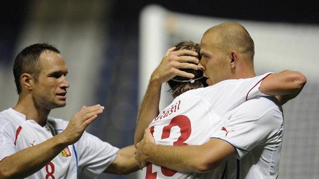 Střelci prvního gólu v zápase s Lotyšskem Romanu Bednářovi (vpravo) gratulují Jaroslav Plašil (uprostřed) a Jan Polák.