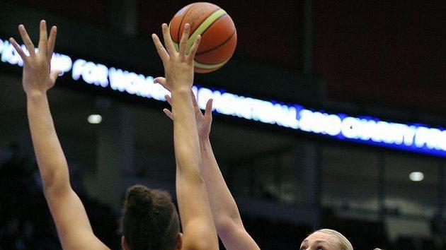 Ruská basketbalistka Maria Stěpanovová (vpravo) se snaží zakončit přes obranu Australanky Elizabeth Cambageové.