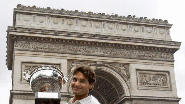 Švýcarský tenista Roger Federer pózuje s Pohárem mušketýrů pro vítěze Roland Garros