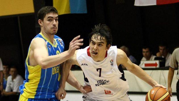 Tomáš Satoranský (vpravo) se snaží obejít Ukrajince Gilebova.