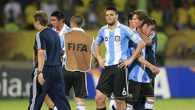Zklamaní argentinští fotbalisté po vypadnutí na MS hráčů do dvaceti let.