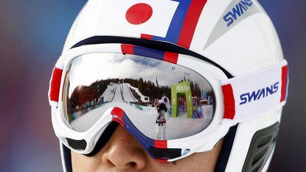 Skokanský můstek v odrazu brýlí japonského sdruženáře Watabeho