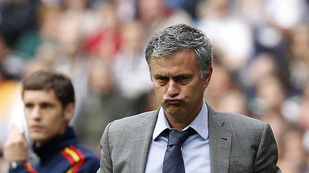 Zakaboněný kouč Realu Madrid José Mourinho. Zápas proti oslabenému Tottenhamu mu nebyl po chuti.
