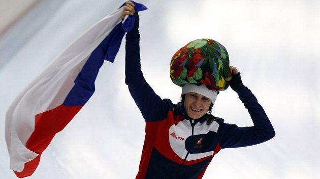 Rychlobruslařka Martina Sáblíková oslavuje své vítězství na MS v Inzellu na trati 5000 metrů.