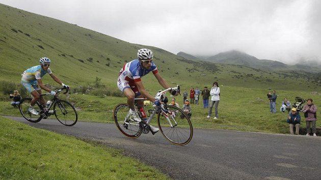 Roman Kreuziger (vzadu) v jedné z pyrenejských etap Tour de France
