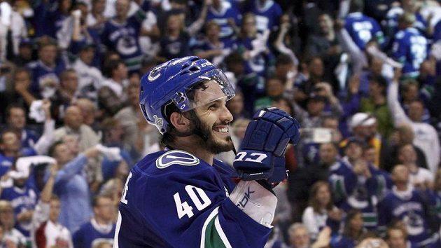 Útočník Vancouveru Maxim Lapierre se raduje ze své branky, která rozhodla páté finále proti Bostonu.