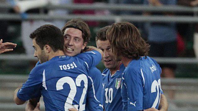 Fotbalisté Itálie se radují z branky proti Španělsku.