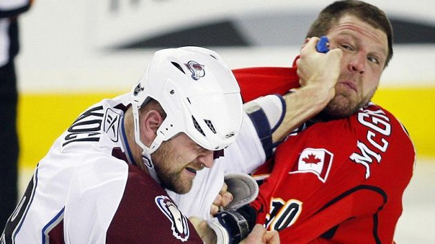 Hokejista Colorada David Kočí (vlevo) v pěstním souboji s Brianem McGrattonem z Calgary.