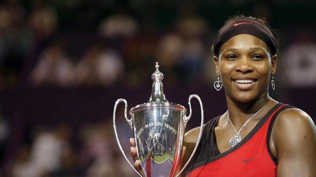 Serena Williamsová s trofejí pro vítězku Turnaje mistryň