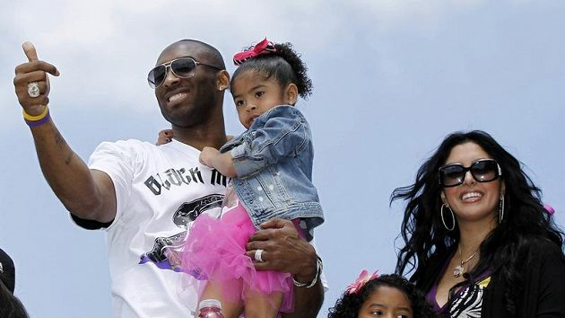 Kobe Bryants dcerou Giannou a manželkou Vanessou.