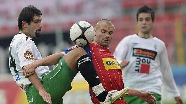 Jablonecký kapitán Petr Pavlík (v bílém) v souboji s Tomášem Doškem z Brna
