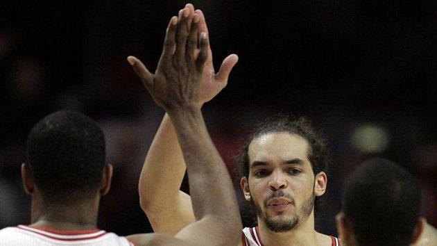 Joakim Noah (uprostřed) se raduje se svým spouhráčem z Chicaga Bulls Kurtem Thomasem.