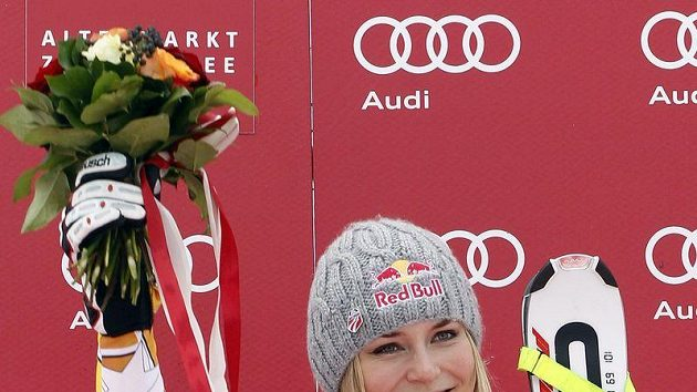 Americká lyžařka Lindsey Vonnová oslavuje triumf ve sjezdu SP v Zauchensee.