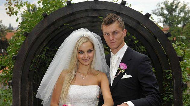 Fotbalový reprezentant Tomáš Necid se oženil 1. července v Praze s Klárou Vocáskovou.