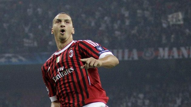 Útočník AC Milán Zlatan Ibrahimovič se raduje z branky, kterou doma vstřelil Plzni.