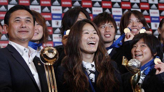 Trenér japonských fotbalistek Norio Sasaki a kapitánka zlatého týmu Homare Sawa po příletu do Tokia