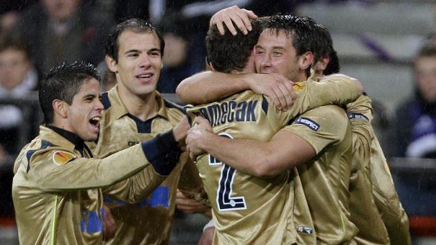 Fotbalisté Dinama Záhřeb oslavují gól Miroslava Slepičky (vpravo).