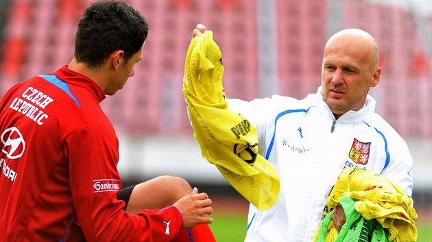 Marek Suchý dostává rozlišovací tričko od kouče Michala Bílka.