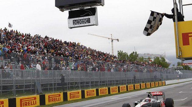 Jenson Button z McLarenu míří za triumfem ve Velké ceně Kanady.