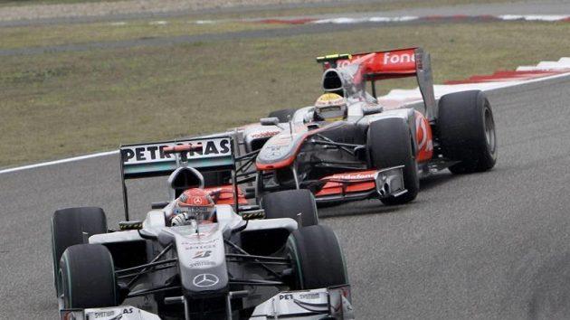 Situace z první fáze Velké ceny Číny. Lewis Hamilton našel brzy recept, jak předjet Michaele Schumachera (vepředu).