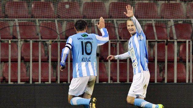 Střelec prvního gólu Boleslavi Marek Kulič (zády) se raduje s Janem Chramostou.