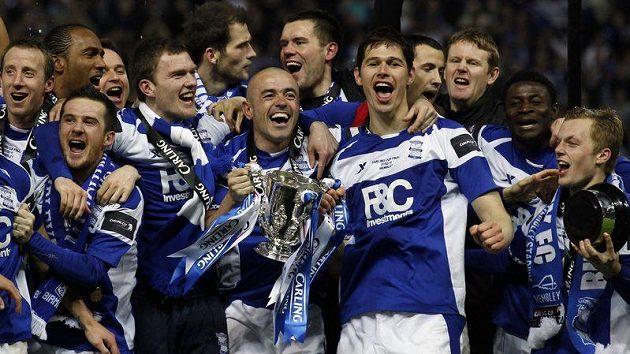 Fotbalisté Birminghamu se radují ze zisku Carling Cupu.