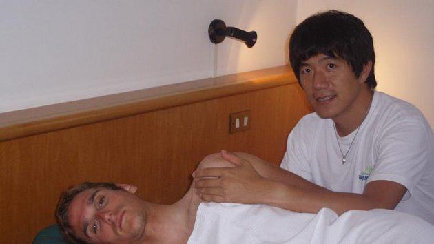Roman Kreuziger dorazil do dějiště šampionátu i se svým japonským masérem z týmu Liquigas Nakanem.