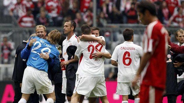 Radost fotbalistů Mohuče (v bílém) kontrstující se smutkem Bayernu Mnichov.