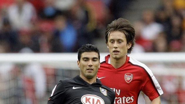 Tomáš Rosický v dresu Arsenalu (vzadu) a Jose Antonio Reyes z Atlétika Madrid v přípravném duelu.