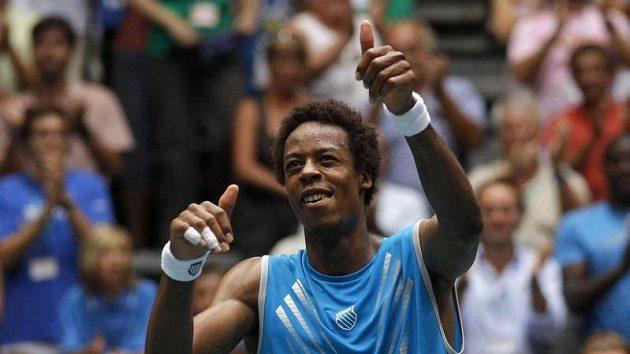 Francouz Gael Monfils se raduje po vítězství nad Davidem Ferrerem ze Španělska ve čtvrtfinále Davis Cupu.