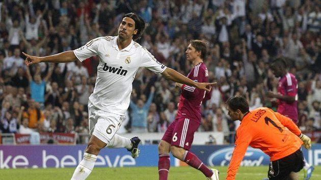 Sami Khedira z Realu Madrid se raduje z gólu do sítě Lyonu.