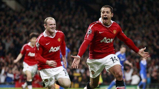 Javier Hernándéz se raduje z úvodního gólu do sítě Chelsea. S mexickým střelcem se běží radovat i Wayne Rooney.