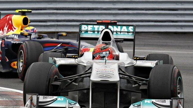 Michael Schumacher s vozem Mercedes (vpředu) na archivním snímku.