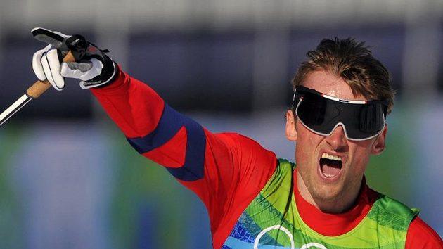 Norský běžec na lyžích Petter Northug se raduje ze zlaté olympijské medaili ze sprintu dvojic.
