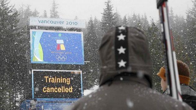 Tabule oznamující zrušení sjezdařského tréninku žen ve Whistleru.