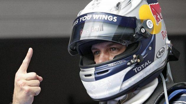 Sebastian Vettel se raduje z vítězství v kvalifikaci.