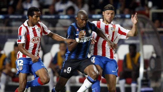 Samuel Eto'o (uprostřed)se snaží projít obranou Atlétika. Vpravo Tomáš Ujfaluši, vlevo Paulo Assuncao.