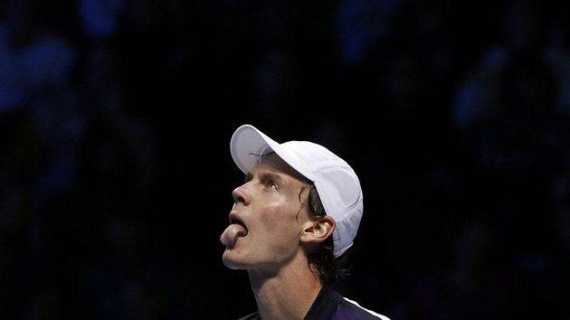 Tenista Tomáš Berdych reaguje na jednu z výměn v utkání s Novakem Djokovičem.