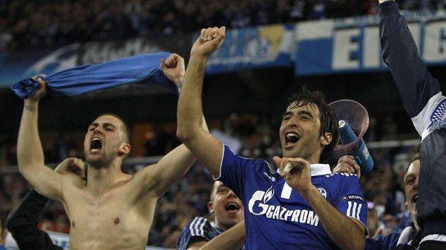 Raúl (vpravo) oslavuje s fanouškem triumf Schalke 04 ve čtvrtfinále Ligy mistrů