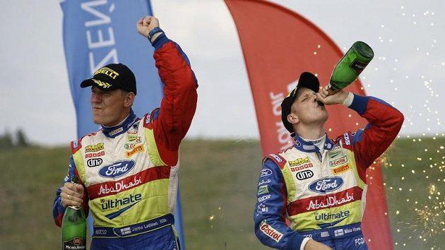 Finský pilot Mikko Hirvonen (vpravo) oslavuje se spolujezdcem Jarmo Lehtihenem vítězství na Polské rallye.