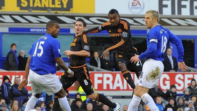 Salomon Kalou z Chelsea (druhý zprava) právě vyrovnává v pohárovém utkání na Evertonu na konečných 1:1.